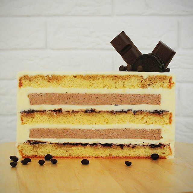 🍰🍰🍰 Вариация на тему тирамису. Ванильный бисквит, пропитанный сиропом на основе кофе и ликера амаретто и присыпанный шоколадной крошкой, воздушный кофейный мусс и крем на основе сыра маскарпоне 😻😻😻. . Все начинки тортов по тегу #gs_разрезы . . #торт #тортназаказ #разрезторта #тортвразрезе #начинкаторта #тортвнутри #внутренниймирторта #тортвобнинске #тортназаказвобнинске #обнинск #нарофоминск #тортвнарофоминске #балабаново #боровск #малоярославец #селятино #киевский #яковлевское…