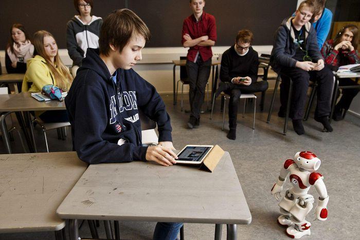 UUDET TOIMINTATAVAT DIGITAALISUUS Tekniikka on yhä suuremmassa roolissa Helsingin kouluissa. Tässä koulurobotti Zora Aurinkolahden peruskoulussa aiemmin maaliskuussa.