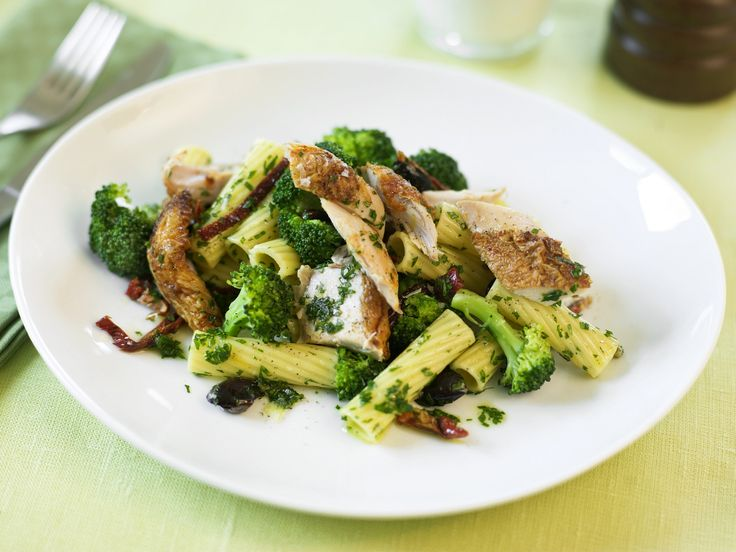 Pasta mit Haehnchen und Brokkoli - smarter - Kalorien: 633 Kcal - Zeit: 40 Min. | eatsmarter.de