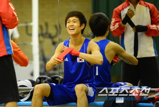 Team Korea Olympic training camp at Brunel University in July 2012 - Sharing a joke during a break from boxing training in the Exercise Studio. Google Image Result for http://sccdn.chosun.com/news/html/2012/07/25/2012072501001897700159051.jpg