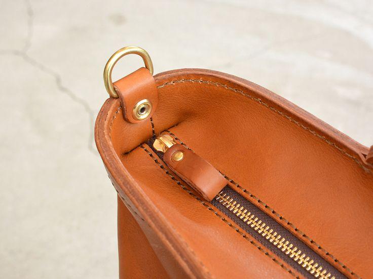 ストラップを付属することで肩掛け、ななめがけができる手持ちタイプの2wayトートバッグ。本体はしなやかなミネルバ・ボックスでA4ファイルもすんなり入ります。【Organ/オルガン】