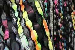 Sanna Vainionpää: yksityiskohta installaatiosta Black Rainbow, 2015, maalaus paperille, kudonta, vinyyli. Mitat vaihtelevat esityspaikan mukaan. Kuva: Sanna Vainionpää