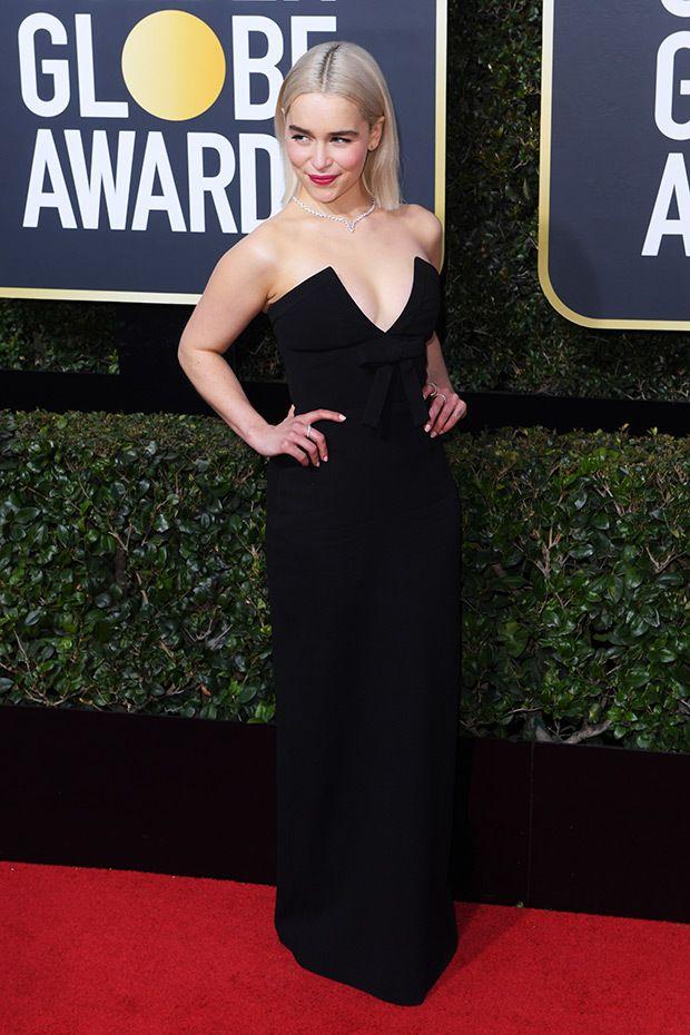 Emilia Clarke brille dans une robe noire plongeante au Golden Globe...