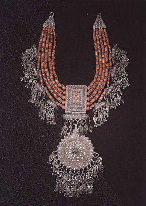 Joias Étnicas...  Colar em Prata e Coral,  fabricação de Bowsani do  início do século XX. Yemen.