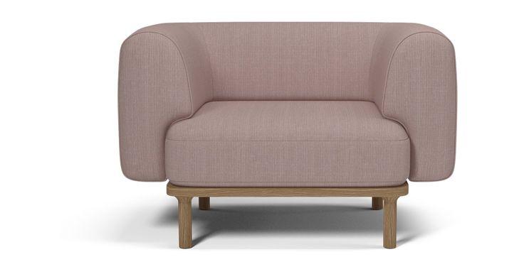 Rund og samtidig stram. Designgruppen Outofstock har designet en enkel sofa på et stramt og stilrent understell, som mykes opp og gjøres unik med de organiske runde formene på rygg og armlener. Armlenene er faktisk så runde og utformet slik at de fungerer som en hodepute for de som gjerne sovner på sofaen.