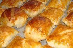 Φτιάξτε τα είναι νόστιμα όλες τις ώρες! Υλικά 2 αυγά 1 γιαούρτι τριμμένο κιτρινο τυρί( όση ποσότητα θέλετε) 8 φέτες μπέικον 1 κόκκινη φαρίνα γιώτης 1 μπολάκι αραβοσιτέλαιο ή ελαιόλαδο Εκτέλεση χτυπαμε το λαδι με το γιαουρτι να γινουν ενα καλο μειγμα προσθετουμε τα αυγα και μετα το αλευρι …
