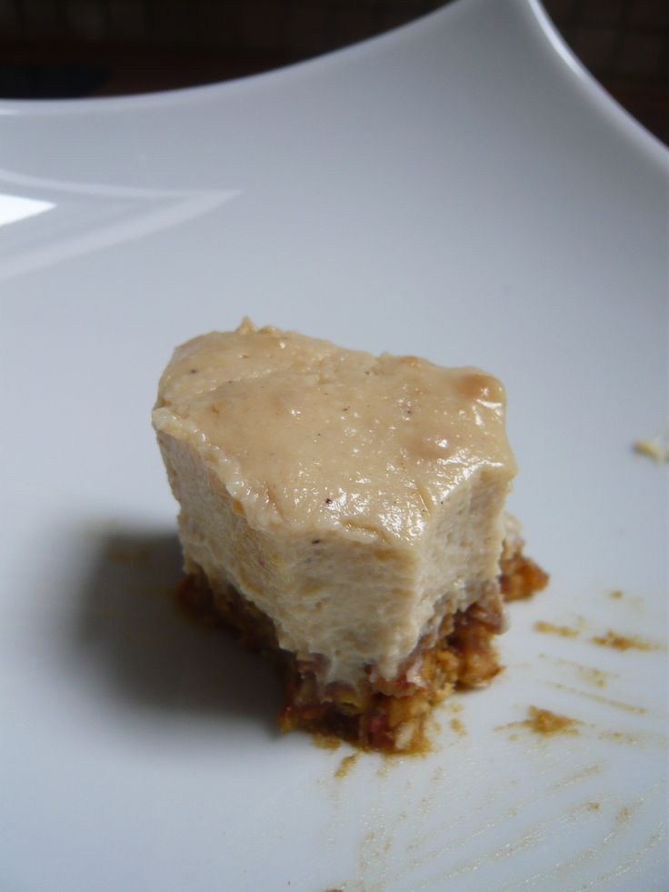 Le no cheesecake au beurre de cacahuètes le avec une version 100% végétale, sans sucre, à indice glycémique, délicieusement crunchy ! Pour un petit moule à cheesecake : Pour la base :1 tasse de dattes, 1 tasse de cacahuètes, 4 c. à soupe de lait végétal Pour l'appareil : 400g de tofu soyeux, ½ tasse de beurre de cacahuètes, ½ tasse de sirop d'agave, ½ de lait végétal (soja, amande…), de l'extrait de vanille, 1/2 sachet (1g) d'agar agar Graines de cuisine
