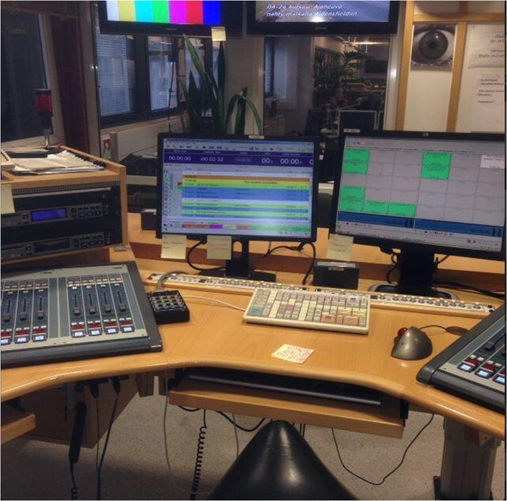 #Ylenaikainen, radion aamustudio. Mikä puuttuu? Kahvikuppi ja kesätoimittaja juontamassa. Tuu! Rekry nyt. #ylelle by @mikakonstantin