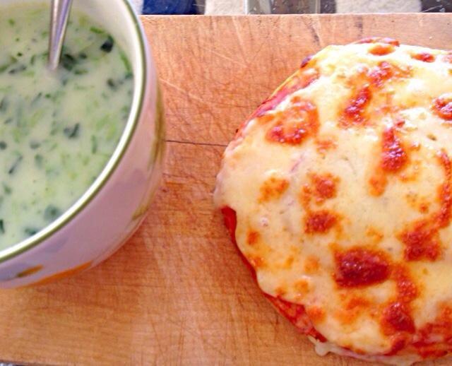 寒い冬❄️は朝からほっこりスープがおすすめです。ブイヨンと生クリームとほうれん草をブレンダーにぶっこんで、チャチャチャちゃんです。朝ピザは小さめがおすすめです。遅刻するからね。 - 14件のもぐもぐ - ほうれん草のポタージュとプチピザ by ChocolaTory6T