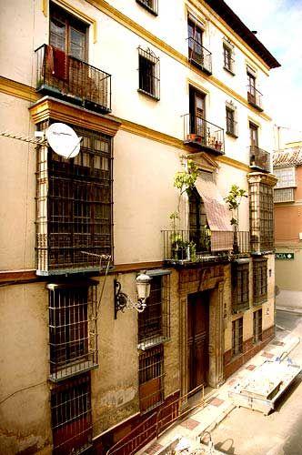Esquina con calle Montaño Edificio de vivienda del s. XVIII, con entreplanta y dos más, portada en piedra con escudo nobiliario y balcón sobre este. En el interior se conserva un patio con arcadas y una fuente diseñada por José Martín de Aldehuela.