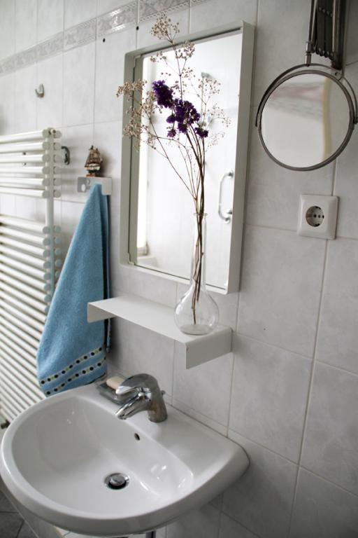 Kleines, Helles Badezimmer Mit Blumenschmuck In Berliner Wohnung #Badezimmer  #Berlin #klein #