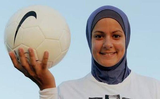 Seorang Hijabers Yang Menjadi Atlet Pemain Sepak Bola
