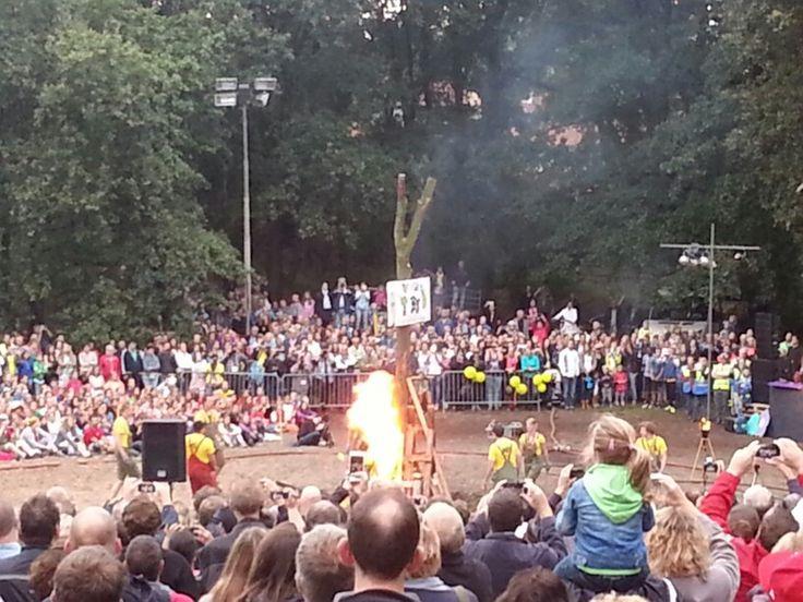 Kampvuur zomerspelen 2014 na vlag verbranding starten de verhalen ten einde