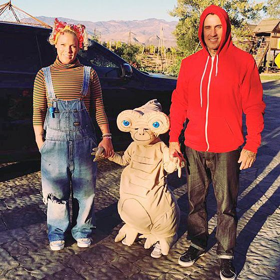 Pink and Family Pink and husband Carey Hart got into a nostalgic mood dressed as characters from Steven Spielberg's 1982 classic E.T. the Extra-Terrestrial — with daughter Willow completely transformed as a tiny E.T.!