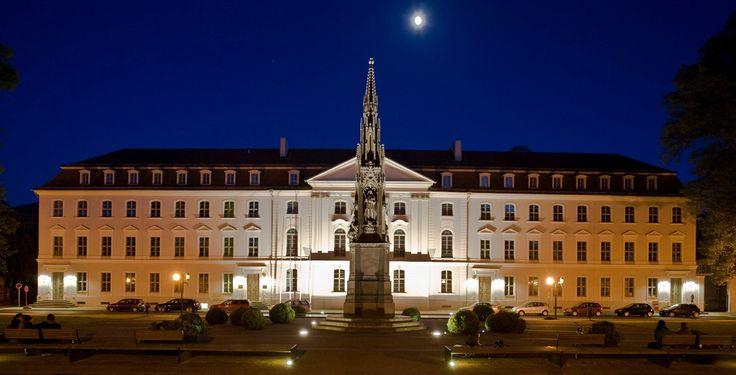 """Ernst-Moritz-Arndt-Universität Greifswald """"Rubenowplatz Greifswald"""" von Markus Studtmann - privat. Über Wikimedia Commons."""
