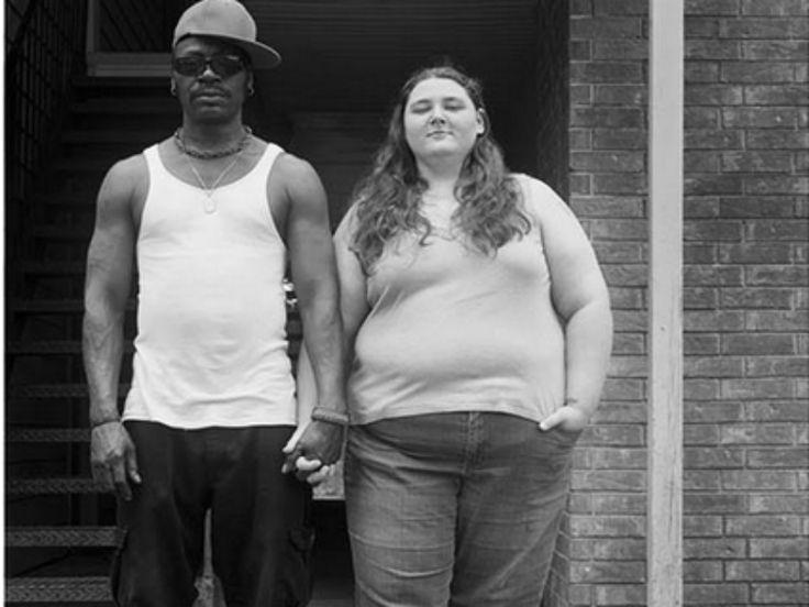 """Ver um casal de diferentes etnias não deveria ser um tabu, mas ainda hoje essas pessoas são alvo de muito preconceito. Pensando nisso, a fotógrafa norte-americana Donna Pinckley criou uma série fotográfica, intitulada """"Sticks and Stones"""" (""""Gravetos e Pedras""""), em que casais inter-raciais revelam os insultos que ouvem diariamente."""