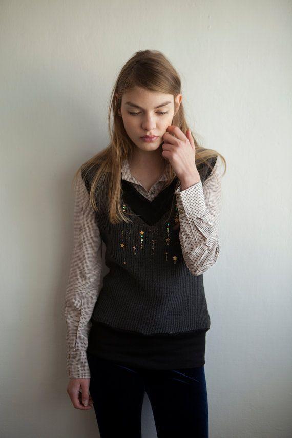 Top senza maniche grigio con stelle e paillettes  bella inverno superiore, molto morbido, confortevole e lusinghiero.  È disponibile in 3 misure S, M, L  Questo top è un combo grande con questa maglia https://www.etsy.com/il-en/listing/247428332/button-up-shirt-long-sleeve-blouse?ref=shop_home_feat_1  Vuoi vedere più? https://www.etsy.com/il-en/shop/KerenMualem ------------------------------------------------------------------------------------------------------------------------------ Tutti…