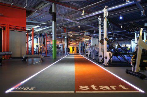 Gymbox Westfield. Uma pista dupla com luz integrada serve para treinos de corrida. Construída dentro de um shopping center, a academia tem 1.797 m².