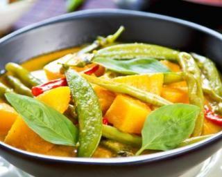 Curry de légumes aux pois mange-tout : http://www.fourchette-et-bikini.fr/recettes/recettes-minceur/curry-de-legumes-aux-pois-mange-tout.html
