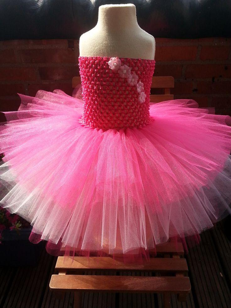 Een prachtige handgemaakte tulle jurk bestaande uit 3 lagen. 2 lagen fel roze, 1 laag licht roze tulle stof.  Zeer zacht materiaal welke vastzit aan een fel roze gehaakte top. Geschikt vanaf baby tot aan ong. 2 jaar (92) oud. De lengte van de onderste laag tulle stof is ong. 30 cm.  http://www.dreambeebz.nl/a-37112323/dreambeebz-tutu-jurken-en-rokken/tutujurk-roos/