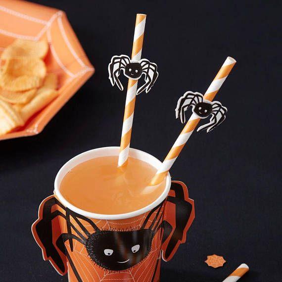 Een freighting leuker gevoel aan uw party tafel met deze griezelige spin rietjes. Elk van de rietjes hebben een kleurrijke wit en oranje ontwerp met bijgevoegde 3D spooky spinnen! Pop in de mysterieuze drankjes van uw gasten te laten springen! Durft u te drinken uit de griezelige spin rietjes?! Elke verpakking bevat 16 papieren rietjes elke met bijgevoegde 3D spin. Rietjes maatregel: 0.5cm (W) x 19.5cm (H). 3D spin vlag maatregelen: 3,5 cm (W).