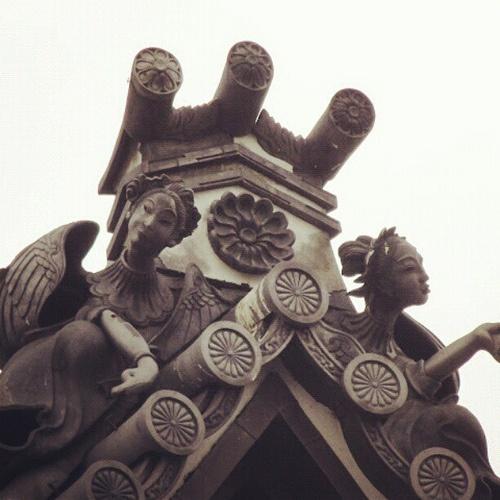お寺の屋根瓦に施された天女の意匠。  Oriental angel