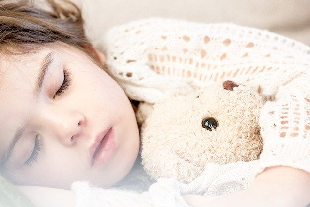 Isis (2 jaar) wil sinds anderhalf jaar niet in haar eigen bed slapen. 's Avonds lijkt ze wel bezeten. Ze is zó overstuur, dat ze haar ouders en zichzelf bijt, krabt, schopt en slaat. Elke avond smeekt ze of ze in 'het grote bed' mag slapen. Bovendien moet één van de ouders altijd naast haar