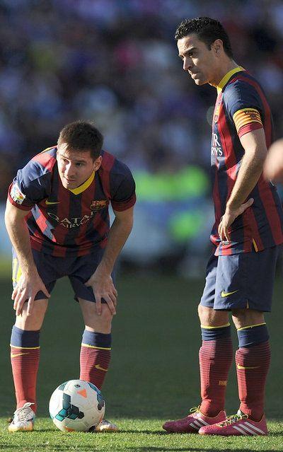 Messi y Xavi, poco antes del lanzamiento de una falta