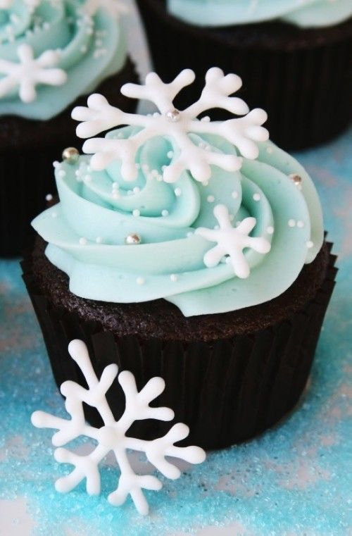 Gorgeous Christmas Fake Snowflake Cupcakes, Christmas Snowflake Cakes #christmas #snowflake #cupcakes www.loveitsomuch.com