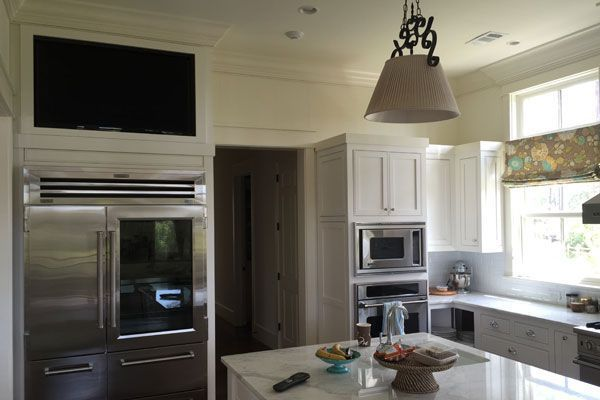 This 50″ Samsung HDTV is custom mounted within a niche above the refrigerator, using a full motion TV bracket. This TV is paired with a set of 7″ In-Ceiling type speakers for TV playback and music streaming.