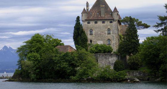 4. Yvoire Ce petit village se distingue par ses belles rues fleuries, le charme de ses murs médiévaux, ses portes fortifiées, et la présence d´une tour mystérieuse appartenante à un château du XIVème siècle. C´est le réel joyau de la région de Haute Savoie . Cette impressionnante tour rivalise avec le Château de Chillon, le monument le plus visité en Suisse situé sur la rive opposée du lac Léman.