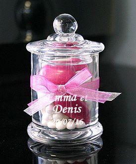 Mini bonbonnière contenant en verre droite avec couvercle. Ces mini bonbonnières en verre sont des contenants à dragées ! Original pour offrir des gourmandises à vos invités : http://www.mariage.fr/mini-bonbonniere-en-verre-contenant.html