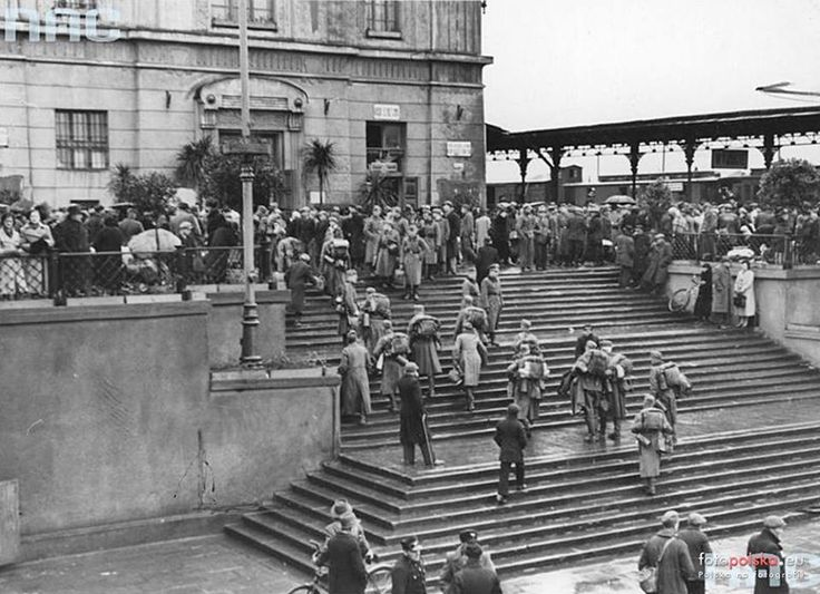 luty 1940 , Żołnierze niemieccy na dworcu w Łodzi.  Źródło: NAC - Narodowe Archiwum Cyfrowe www.nac.gov.pl/ 0  Autor: Schufter
