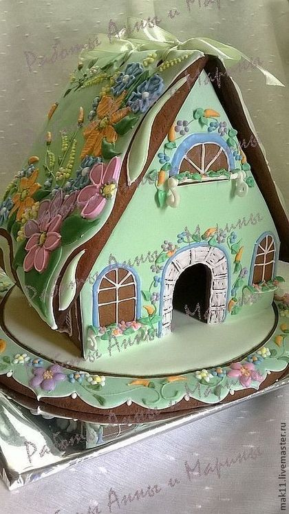 Пряничный домик изготовлен из медово-пряничного теста. Пряничный домик можно заполнить имбирными пряниками. Прянички можно надписать и спрятать в домик. Крыша съемная!