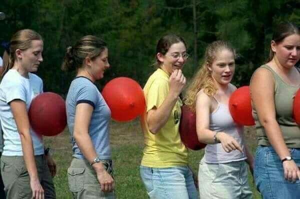 Juego del globo en equipos... aún más divertido que hacerlo en parejas