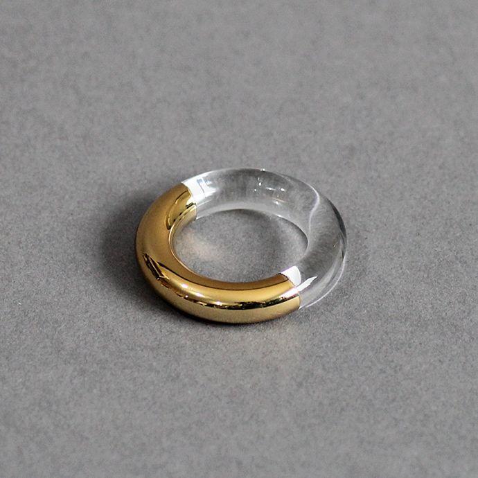 「SIRI SIRI」とは「鎖」を意味するスワヒリ語「silisili 」にヒントを得た造語。ジュエリーには珍しい耐熱ガラスや籐、麻、天然木などを用いるなど 独自のスタイルを展開。耐熱ガラスにウレタン塗装を施した、異素材感溢れるモードなリング。