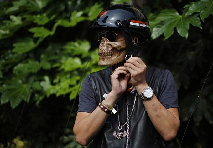 Skeleton Mask Biker https://www.design-miss.com/skeleton-mask-biker/ Al raduno nazionale Harley Davidson di Qian Dao Lake, in Cina, un rider indossa un casco con maschera a forma di scheletro.   Viacrackajack.de