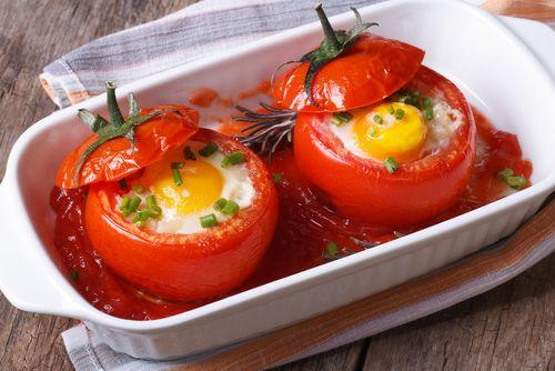 Préparation: 1. Préchauffez votre four à 180°C. 2. Lavez les tomates, coupez le chapeau et évidez-les. Gardez la chair et émincez-la. 3. Mélangez la chair de tomate, le thon, 1 cuillère à soupe de …