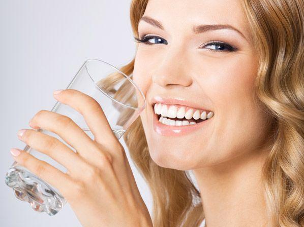 10 laxantes naturales para el estreñimiento - Bebe mucha agua
