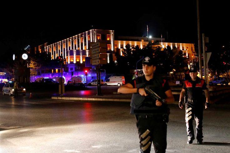 O Exército turco afirmou, em comunicado de imprensa, que tomou o poder em todo o país.