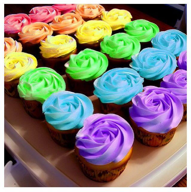 Die Zuckerguss-Technik bei diesen Cupcakes ist fantastisch! Ich brauche einen riesigen Stern …   – klein & süss