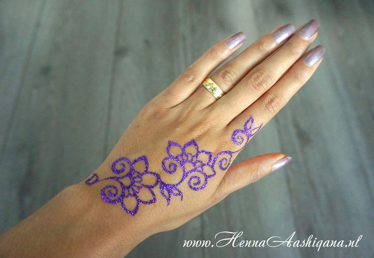 Purple glitter mehndi design in a flower patern  Ga voor meer informatie naar mijn website: www.HennaAashiqana.nl of like mijn facebook-pagina: www.facebook.com/HennaAashiqana