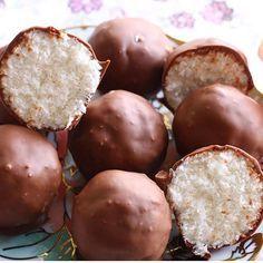Cocostar çikolata sevenler çift tıklasın Coco Star malzemeler; Aldığı kadar Hindistan cevizi  1 poset kremsanti Yarım su bardağı sut Disina kaplamak icin 100-150 gr kadar sutlu cikolata Yapilisi; Kremsanti ve soguk sutu katilasana kadar cirpin.  Hindistan cevizi ilave edip yogurun. Elinizde yuvarlak toplar yapin benmari erimis cikolataya batirip yagli kagida dizin. Buzdolabina koyup cikolatanin donmasini saglayin. Daha sonra servis yapin.  Not; çok fazla yoğurmayın birbirine karışması...