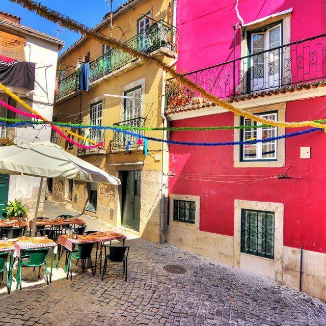 Abseits in einem kleinen Straßencafé ☕ #lissabon #strassencafe #portugal #bucketlist #euro2016 #getaway #instatravel…
