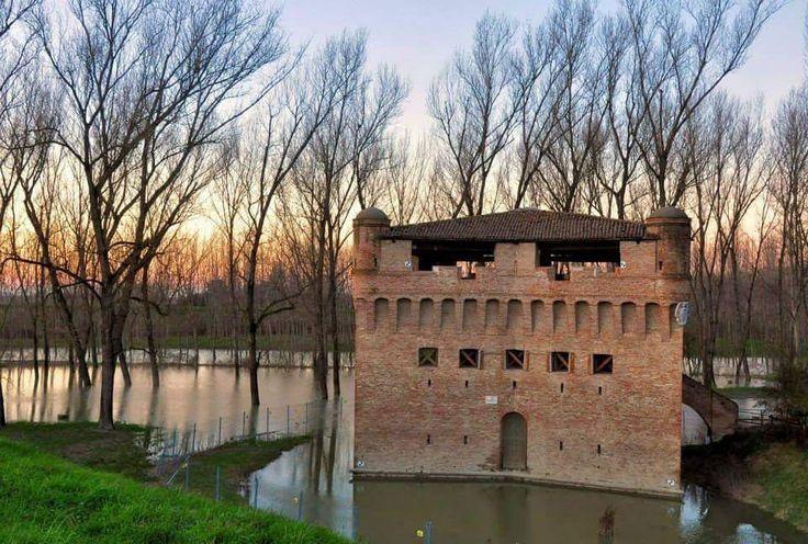 """Rocca di Stellata (Ferrara)  #random  #castle  Torre difensiva posta sulla riva del Po edificata attorno all'XI secolo e successivamente ampliata nel 1362 per volontà di Niccolò II dEste. All'epoca posizionata nelle vicinanze del delta del Po assieme alla rocca di Ficarolo aveva lo scopo di controllare il traffico navale e mercantile mediante l'utilizzo di una catena tra le due sponde del fiume. Ricostruita nuovamente dopo il 1521 assume la forma con bastioni obliqui """"a stella"""" adatti a…"""