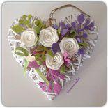 Cuore in vimini bianco decorato con rose di lino bianco,rametti di panno verde,lilla e rosa,nastrini,pizzo e un coniglietto di legno. Allegro fuori porta di primavera.  (Cm25x25)