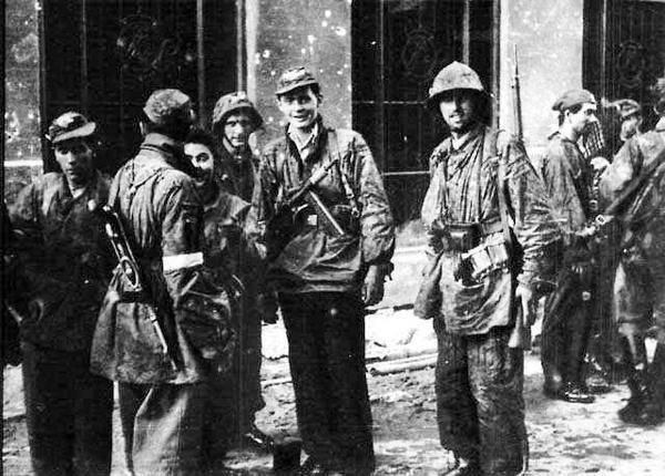 "Soldiers of the battalion ""Miotla"" on the street Warecka after the transition from the Old Town (Starowka)  to the city Srodmiescie."