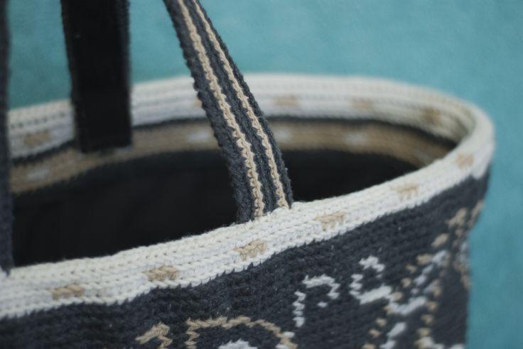 Zelfgemaakte tassen zijn weer helemaal hip. Ik ben de uitdaging aangegaan een nieuwe leuke boodschappentas te ontwerpen en te haken. Het ...