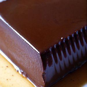 パンナコッタは生クリームを煮るという意味のとってもポピュラーなイタリア菓子ですが、今日はココアパウダーを使ったチョコレートのような口当たりの濃厚なPanna Cotta al Cacaoのご紹介です。