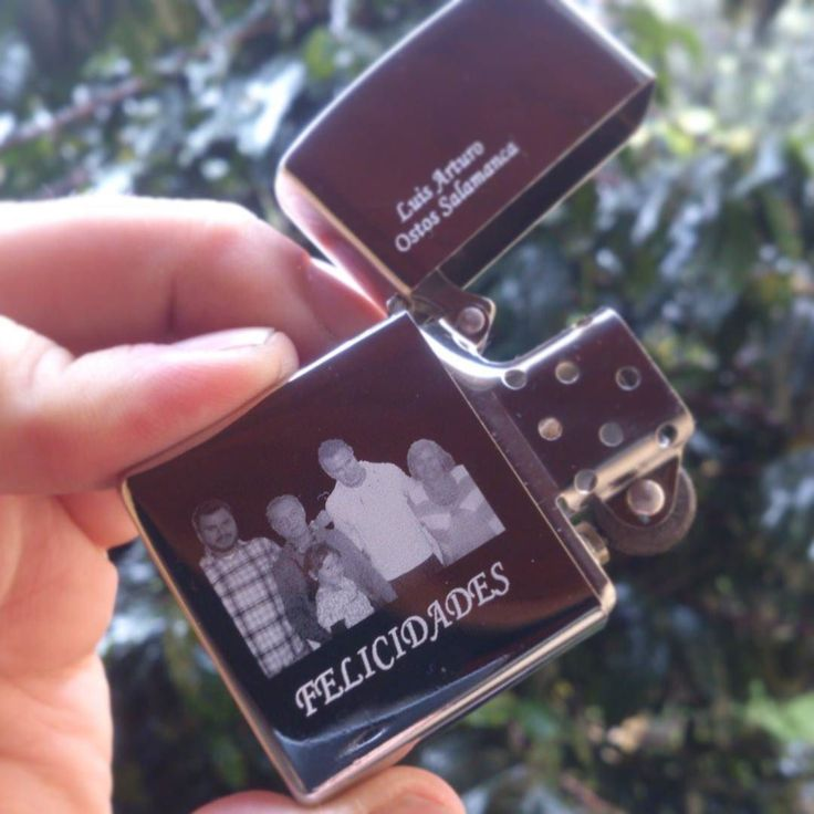 Zippo con grabado especial.  #zippo #regalo #detalles #Grabados #Mgrabados #Colombia #Plateado #foto #recuerdos #navidad2017